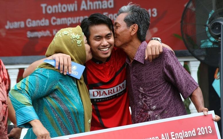Tontowi mendapat ciuman kebanggaan dari Orangtua